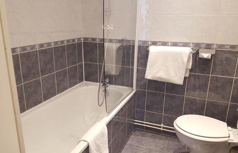 Hotel Saint Cyr Etoile image bathroom